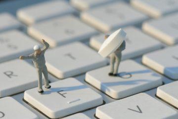 キーボードの上に働く人のフィギア